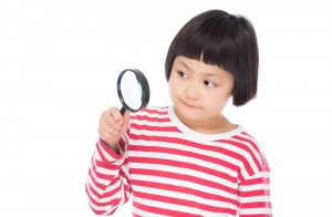 虫眼鏡と少女
